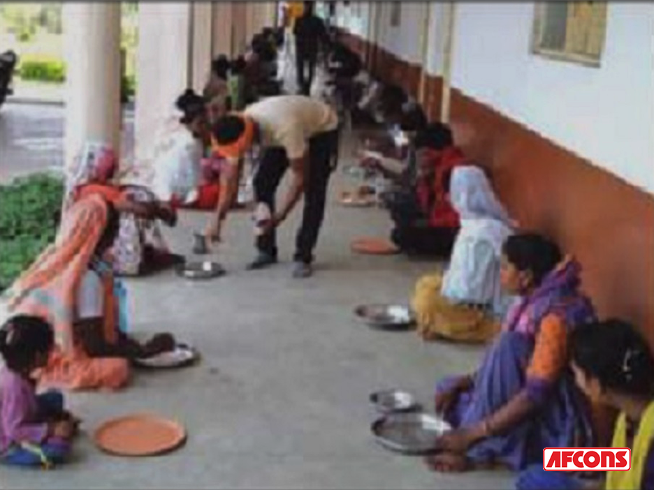 Meals provided to families stranded in temporary shelters at Wardha, Nagpur